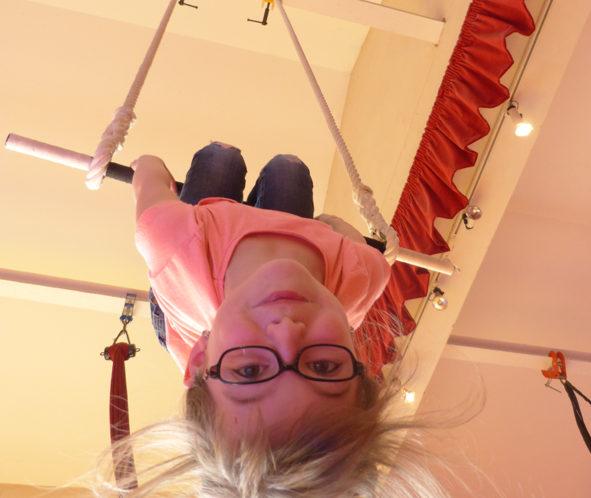 enfant sur trapèze