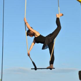 spectacle de cirque en plein aire, numéro de trapèze