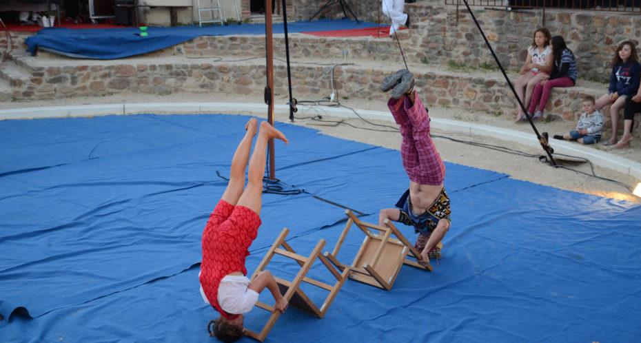 spectacle de cirque au rond de cirque du Village du Peu à Lathus