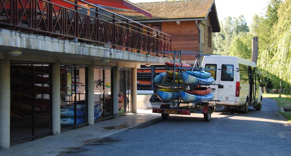 Départ d'un bus pour l'activité kayak
