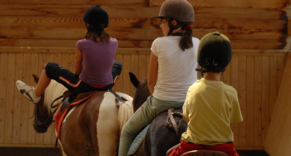 chevaux avec enfants de dos