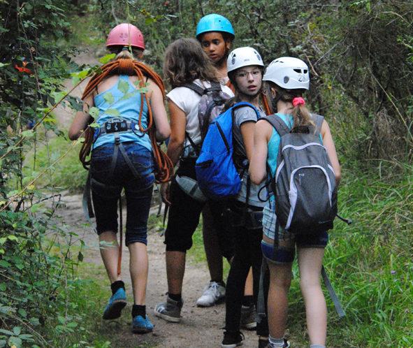 groupe d'enfants sur le chemin du Roc d'Enfer
