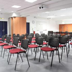 salle avec chaises installées