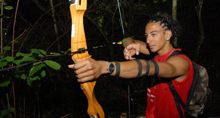 parcours tir à l'arc dans les bois en nocturne