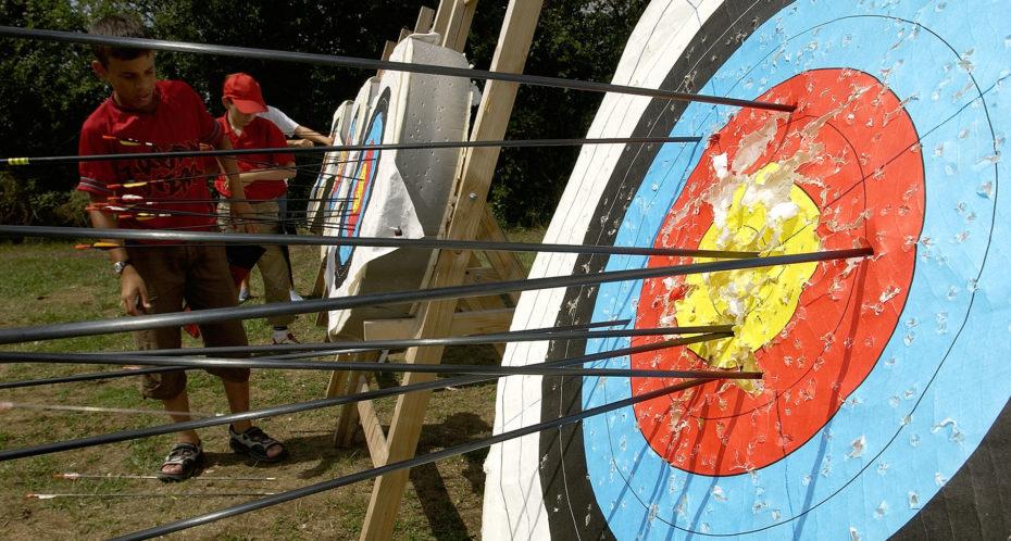 cible de tir à l'arc avec flèches