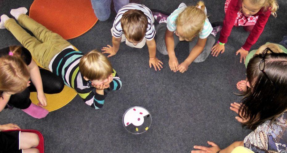 des enfants en train de jouer