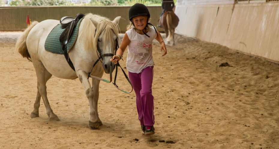 enfant avec poney