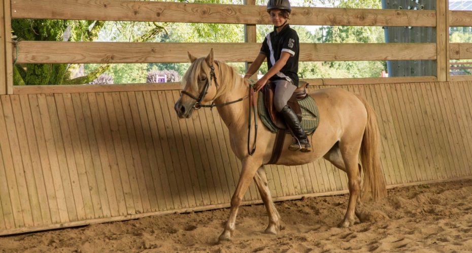 ado sur cheval