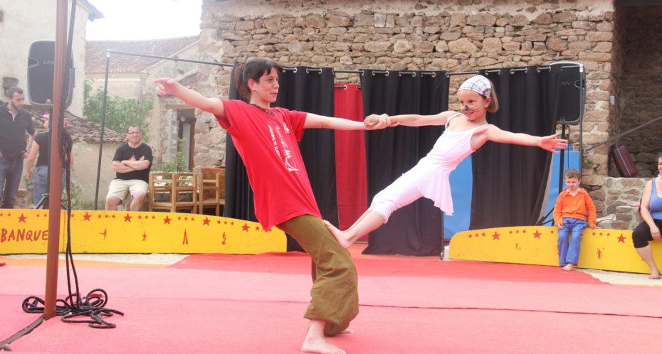 enfant cirque avec animatrice