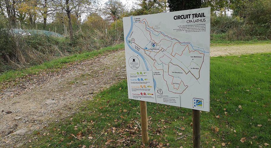 pose du panneau pour les parcours de trail du CPA Lathus